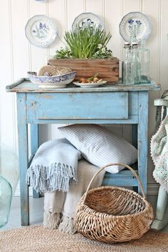 Love this little table. I really like the distressed look.