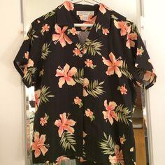 72b7df75eb8 Cute Hawaiian button down shirt Mom s Closet! 👩 Cute black button down