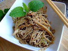 Soba-Nudeln mit Sesam und Sojasauce, ein sehr leckeres Rezept aus der Kategorie Wok