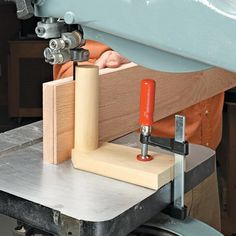 Resawing on the Band Saw - Band Saw Tips, Jigs and Fixtures - Woodwork, Woodworking, Woodworking Tips, Woodworking Techniques Woodworking Power Tools, Woodworking Workshop, Woodworking Techniques, Woodworking Jigs, Woodworking Projects, Woodworking Square, Woodworking Equipment, Woodworking Basics, Woodworking Classes