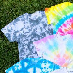 DIY Scrunch Tie Dye Pattern Tutorial: How to tie and apply dye colors to make a scrunched tie dye pattern. Make A Tie, How To Tie Dye, Tie Dye Crumple, Patriotic Crafts, Patriotic Party, Diy Tie Dye Shirts, Diy Shirt, Tie Dye Tutorial, Textile Dyeing