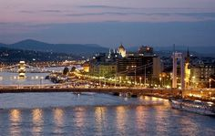 Hungary, Budapest by night. Paris Skyline, New York Skyline, Danube River, Thing 1, Tours, Most Beautiful Cities, City Break, Study Abroad, Real Estate Marketing