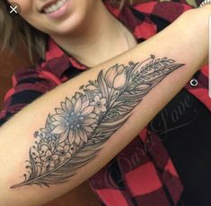 feather tattoo designs with meaning Do you know what feather tattoo means . - Feather Tattoo Designs Meaning Do you know what feather tattoo means? Feathers of differ - Quill Tattoo, Feather Tattoo Arm, Feather Tattoo Meaning, Feather Tattoo Design, Wrist Tattoo, Plume Tattoo, Eagle Feather Tattoos, Bild Tattoos, Mom Tattoos