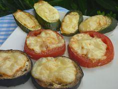 Umytú zeleninu osušíme, pokrájame na slabé kolieska (0,5 cm), uložíme na peč. papier na plechu. Zľahka štetcom pretrieme olejom, osolíme,... Avocado Egg, Zucchini, Eggs, Snacks, Vegetables, Breakfast, Food, Red Peppers, Morning Coffee