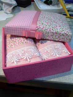Pink embellished towels with white lace trim accents beautiful gift box covered with print/gingham check combo with pink silk ribbon bow accents. Sewing Art, Sewing Crafts, Sewing Projects, Projects To Try, Personalised Gifts Diy, Diy Gifts, Shabby Chic Cushions, Application Pattern, Bathroom Towel Decor