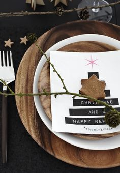 Rustic Christmas table setting with wooden plates to make your holiday table and dining room sparkle.
