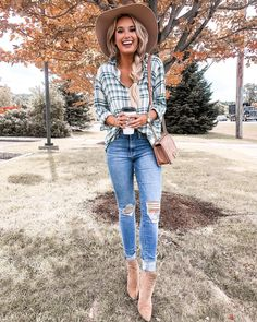 A plaid top, distressed jeans, and a floppy hat is definitely one of my favorite fall go-to looks! Shop all the outfit details through the… Outfits Otoño, Flannel Outfits, Outfits With Hats, Fall Fashion Outfits, Fall Winter Outfits, Autumn Winter Fashion, Casual Outfits, Womens Fashion, Early Fall Outfits