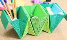 Si te gusta la técnica de origami esta idea te encantará para hacer tu propio organizador escritorio utilizando únicamente hojas de papel.