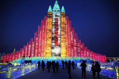 Una ciudad de hielo, luz y color en el 'Festival Internacional de Esculturas de Hielo y Nieve' en Harbin, China