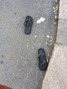 Et par forlatte sandaler i Trondheimsveien. Den ene mangler pynten.