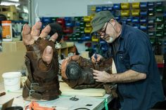 Weta Workshop making a statue of Orgrim for the 'Warcraft' movie - Album on…