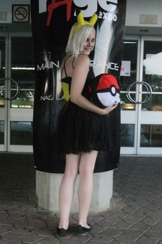 Pokeball Shoulder Bag  •  Free tutorial with pictures on how to make a novetly bag in under 180 minutes