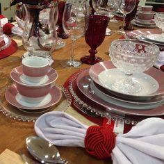 Inspire-se em nossa mesa da semana! A decoração em tons vermelhos e branco é uma ótima dica para um casamento inesquecível. Os cristais, talheres e arranjos florais ajudam a compor com maestria a sua mesa. Na Casa Campos você encontra tudo para tornar a sua lista de casamento mais especial! http://bit.ly/1ENtBhb #InspiraçãoCasaCampos #decoração #vermelhoebranco #listadecasamento #listadepresentes #casamento #presente #lojaonline