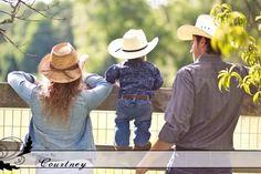 Familia vaquera. #photoidea #photography #familia #session #love #babes #familyphotography #photoshoot #portrait #cowboys