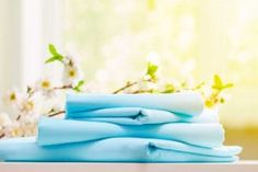 Come piegare lenzuola con angoli Clean Bed, Blurred Background, Small Appliances, Department Store, Bedroom Decor, Card Templates, Sunlight, Dresser, Bedding