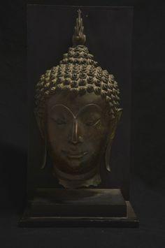 THAILANDE, Sukhothaï, XVème siècle   Belle tête de Bouddha sculptée en haut relief. Bronze H: 42 cm