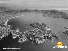 #acapulcoeneltiempo El puerto de Acapulco en la década de los años 40. ACAPULCO EN EL TIEMPO. El puerto de Acapulco en los años 40, lucía muy diferente de lo que es hoy, pues el grueso de la población se concentraba en lo que actualmente es el centro y ninguno de los cerros que rodea la bahía, así como la zona dorada y diamante, se encontraban habitados. Obtén más información, visitando la página oficial de Fidetur Acapulco.