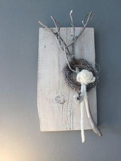 WD65 – Zeitlose Wanddeko! Altes Holzbrett, aufgearbeitet und weiß gebeizt, natürlich dekoriert mit einer Filzrose, Ornamentherz und einem Schlüssel! Preis 39,90€