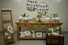 Prepare-se para apaixonar por essenoivado rústico elegantee cheio de amor! Cheio de DIY e nos tons verde + branco + marron. Ideas Para, Entryway Tables, Bridal Shower, Table Settings, Diy, Table Decorations, Floral, Wedding, Furniture