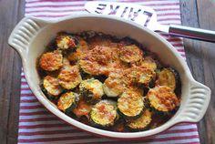Deze courgette ovenschotel is lekker en simpel te bereiden. De courgette ovenschotel bevat onder andere mozzarella en tomatensaus.