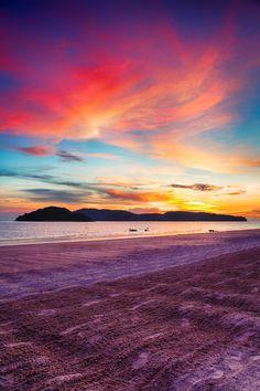 Sunset at Pantai Cenang Beach, Langkawi, Malasia.