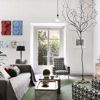 """El decorador Pepe Leal vive en un piso de Madrid de color champiñón matizado con detalles excéntricos, vigas de madera y piezas muy escogidas. Es la guarida de un cocinero aficionado que quiso ser cantante pop. """"Es acogedora y colorista, como yo"""", cuenta."""
