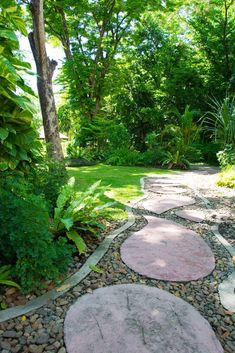 Oval shaped paver with stones and greenery on the corners seem simple and decorative. Path Design, Landscape Design, Garden Design, Wooden Path, Wooden Garden, Lawn And Garden, Garden Paths, Flagstone Pathway, Path Ideas