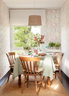 〚 Walls in dining area: 15 examples of decoration 〛 ◾ Photos ◾Ideas◾ Design Dining Room Design, Dining Room Furniture, Dining Area, Kitchen Dining, Outdoor Furniture Sets, Dining Chairs, Dining Table, Rustic Kitchen, French Bistro Chairs