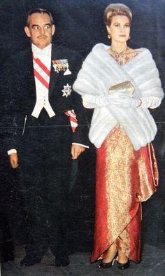 Grace & Family Grace Kelly Style, Princess Grace Kelly, Princess Caroline Of Monaco, Patricia Kelly, Prince Rainier, Monaco Royal Family, Fur Collar Coat, Prince And Princess, Amazing Grace