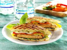 No-Meat Quorn Beef-Style Burger Panini with Grilled Peppers and Onions Quorn Recipes, Veggie Recipes, Beef Recipes, Grilled Peppers And Onions, Stuffed Peppers, Meatless Chicken, Chicken Patties, Healthy Chef, Vegan Vegetarian