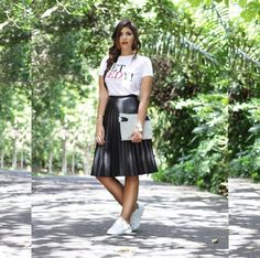 Lia pellerano black leather skirt, white shirt, white sneakers, clutch,  look of the day, streetstyle, sport chic