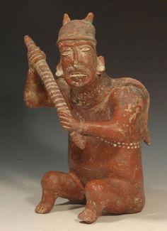 Figura de barro pigmentado, representa una figura masculina sedente. Período Clásico mesoamericano. Culturas de Occidente, Guerrero, México. mcba.