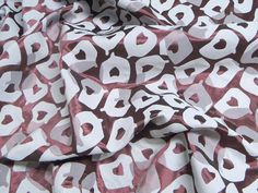 Jacquard Metalizado Animal (Bordo).          Tecido jacquard com brilho acetinado e estampa de animal em sobretons (de acordo com a cor predominante). Tecido sem fluidez, porém leve e de toque suave. O avesso apresenta as cores inversas, podendo ser utilizado também.  Sugestão para confeccionar:Saias, shorts,calças, blazers, entre outras peças de alfaiataria.