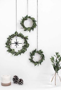 DIY Holiday Wreaths Make Awesome Homemade Christmas Decorations for Your Front Door |  Cool Crafts and DIY Projects by DIY JOY   |  DIY Gift Card Mini Wreath |  http://diyjoy.com/diy-christmas-decorations-wreaths