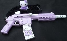 Okay- I'm not a gun person, but nothing says 'bad ass' more than a Hello kitty gun. These will be my zombie apocalypse weapons. Hello Kitty Gun, Hello Kitty Items, Custom Glock, Custom Guns, Roses Tumblr, Zombie Apocalypse Weapons, Rauch Fotografie, Pretty Knives, Pastel Punk