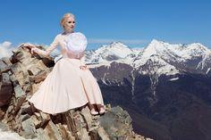 Платье миди «Анна-Мария» персик— 21990 рублей, Брошь «Цветок большой»— 10990 рублей