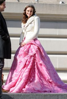 Leighton Meester Photos - Leighton Meester wears a pink dress as she films a scene for 'Gossip Girl' with Penn Badgley on the Upper East Side. - The Set of 'Gossip Girl' 8 Estilo Blair Waldorf, Blair Waldorf Outfits, Blair Waldorf Gossip Girl, Blair Waldorf Style, Gossip Girl Outfits, Gossip Girl Fashion, Gossip Girl Prom, Gossip Girls, Leighton Marissa Meester