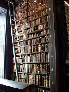 Different orientation for the ladder - Trinity College library (Dublin) Beautiful Library, Dream Library, World Library, Library Books, Thranduil, Dublin, Tall Shelves, Tall Bookshelves, College Library