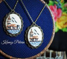 """69 Beğenme, 5 Yorum - Instagram'da #Kanaviçe & #Kumaş #Çantalar ❤ (@kirmizipelerin): """"Kız kulesi sevenler burada mı 🙌 😘 Sizin de olmasını istiyorsanız DM atabilirsiniz 😉 özel tasarımdır…"""" Embroidery Bags, Embroidery Thread, Cross Stitch Embroidery, Textiles, Marine Style, Butterfly Cross Stitch, Cross Stitch Bookmarks, Brazilian Embroidery, Creative Gifts"""