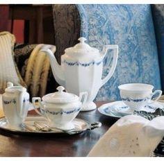 Juego de café Rosenthal Maria Rosenkante Blau de 12 servicios y 27 piezas en porcelana apta para lavavajillas compuesto por: 12 tazas con 12 platos de café de 0,18 litros, 1 cafetera de 1,08 litros, 1 lechera de 0,17 litros y 1 azucarero de 0,27 litros. El diseño Maria está inspirado en un juego de Té de plata de 1815 que el fundador Philipp Rosenthal adquirió en un viaje a Inglaterra.