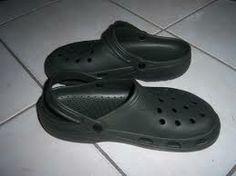 Exemplo 7: Sapato tipo Crocs.  Classificação: EVA - etileno acetato de vinila. Local encontrado: Casa de parente.