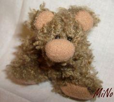 Chcete mě? Hnědý miniméďa, celý ručně šitý. Výška 5,5 cm. Materiál:střapatý úplet, nos, spodní část tlapek a vnitřní ouška fleec, oči korálky, plněný dutým vláknem. Nejedná se o hračku!!!!