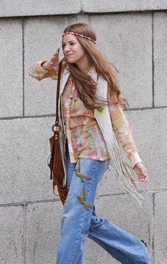 1970 fue una década muy diversa, aquí se produjo un furor hacia lo retro. Las flores fueron el principal símbolo no sólo en la ropa sino que también el pelo, y representaban la ideología ilusoria que los guiaban a la llamada revolución de las flores. Resaltaban los trajes y vestidos, que se lucieron con ajustados pantalones. El algodón fue remplazado por la lycra, usaban botas o zapatones de taco, tipo suecos.