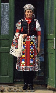 FolkCostume&Embroidery: Overview of the peoples and costumes of Transylvania Folk Clothing, Historical Clothing, Traditional Fashion, Traditional Dresses, Folklore, Motifs Textiles, Costumes Around The World, Folk Dance, Ethnic Dress
