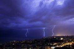 Tempesta di fulmini su #Genova Oltre alla pioggia, domenica sera sul capoluogo ligure si sono abbattuti fulmini e saette. Ecco le foto di un lettore, Mauro Landi