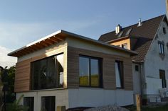 Bildergebnis für fassade haus mit anbau Style At Home, Rear Extension, Extension Ideas, House Extensions, Flat Roof, Home Improvement, New Homes, Mansions, House Styles