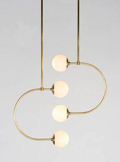 C Lights de chez Bower est composé de tubes de métal en forme de C horizontaux avec des globes de verre. bowernyc.com