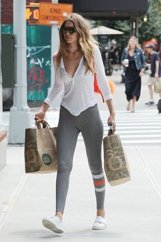 Perfect casual street (and shopping) style of beautiful Gigi Hadid.