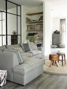 KARWEI | Fijne grijze bank voor een huiselijk gevoel. #wooninspiratie #karwei #woonkamer