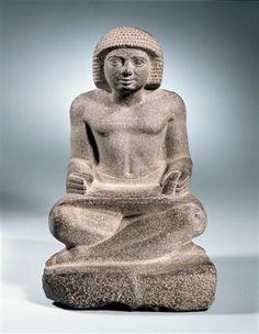 Dit beeld stelt een schrijver in actie voor. De uitgerolde papyrus ligt op schoot, met rechts is hij aan het schrijven. Op de nu verdwenen plint zal zijn naam hebben gestaan. Het schrift was heel belangrijk voor de administratie en continuïteit van de Egyptische samenleving. De schrijfkunst ging over van vader op zoon en was een beroepsgeheim. Wil je meer weten over de rol van schrijvers in de Egyptische samenleving, klik dan op de afbeelding!